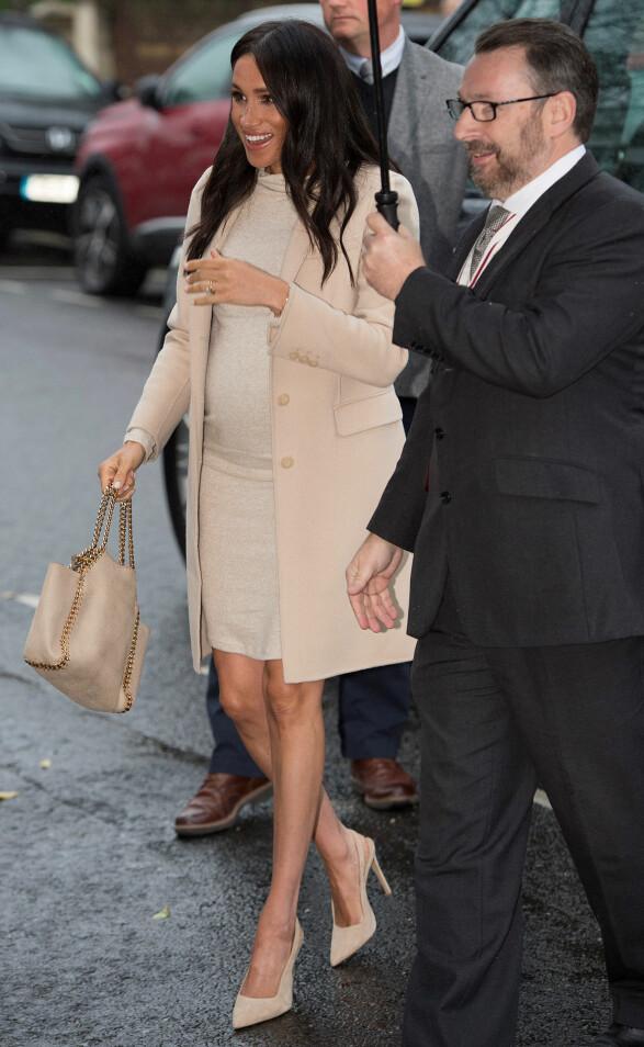 <strong>I BEIGE:</strong> Hertuginne Meghan iført beige, semskede sko med høy hæl på vei inn til Mayhew Animal Home onsdag. Foto: NTB scanpix