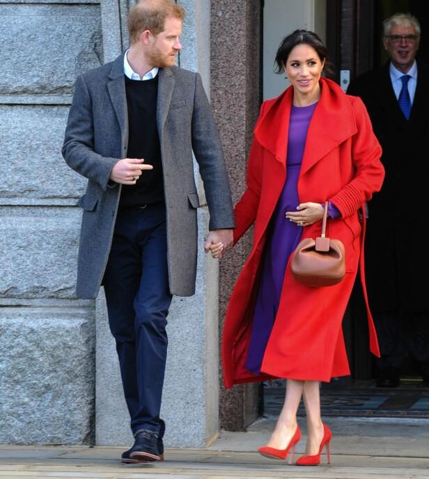 <strong>ELEGANT:</strong> Hertuginne Meghan tok seg strålende ut da hun og prins Harry besøkte Birkenhead mandag. Men alle mener hun burde gått for lavere hæler. Foto: NTB scanpix