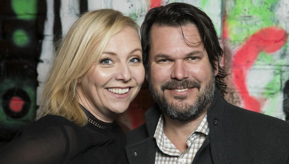 LYKKELIGE: Linn Skåber (48) og bassisten Simon Malm (45) har vært kjærester i flere år. Nå åpner hun opp om hvordan paret møttes for første gang. Foto: Espen Solli / Se og Hør