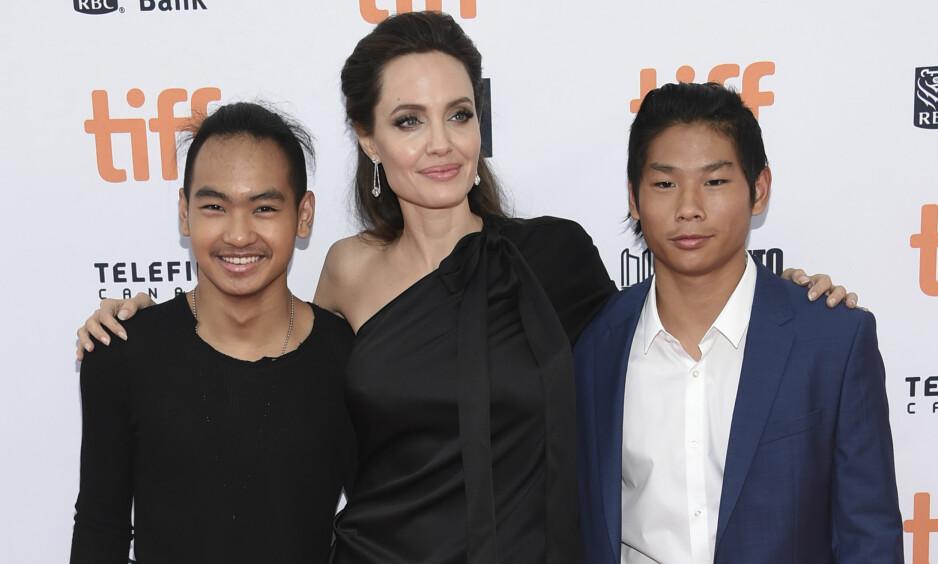 MOR OG BARN: Angelina har et nært forhold til barna sine, og spesielt Maddox (t.v). Til høyre står sønnen Pax. Foto: NTB Scanpix