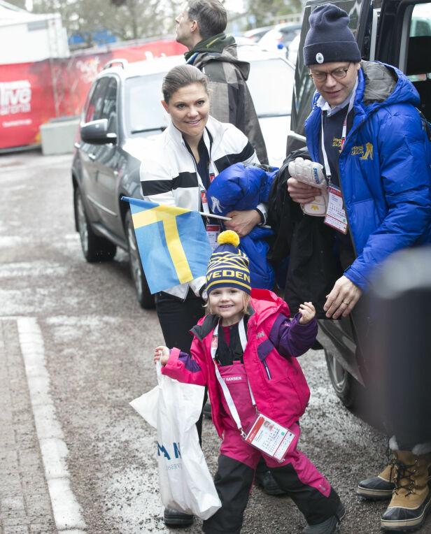 ENGASJERTE: Både kronprinsesse Victoria og prins Daniel er svært interessert i sport og heier stadig på de svenske utøverne. Her sammen med prinsesse Estelle under ski-VM i Falun i 2015. Foto: NTB Scanpix
