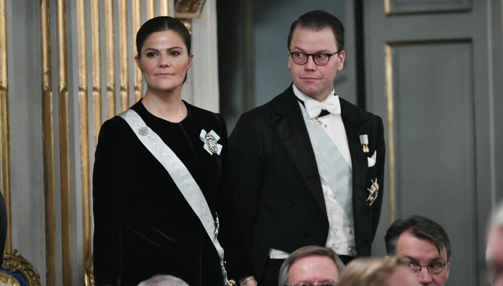 I HARDT VÆR: Prins Daniel fikk krass kritikk tidligere denne måneden da han glemte noe vesentlig under oppsummeringen av året sammen med kongefamilien. Nå kan det late til at det svenske folk har tilgitt ham. Foto: NTB Scanpix