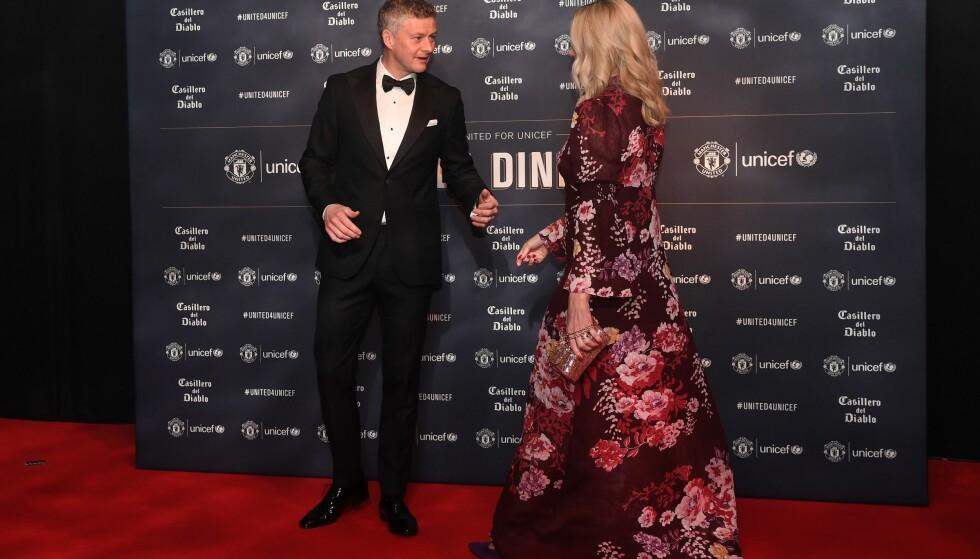 <strong>POSERTE SAMMEN:</strong> Ole Gunnar Solskjær ønsket tilsynelatende å ha kona ved sin side på den røde løperen. Foto: AFP/ NTB scanpix