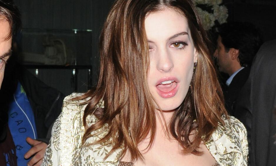 AVHOLDS?: Anne Hathaway (36) har planer om å være edru så lenge sønnen bor hjemme, for hans skyld. Her er hun derimot avbildet etter en formodentlig fuktig etterfest i London i 2010. Foto: NTB Scanpix