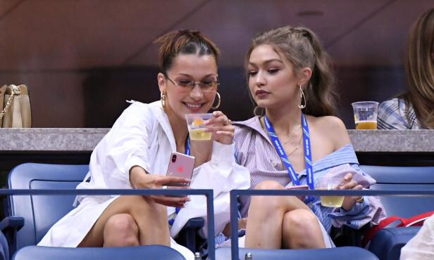 NÆRT FORHOLD: Søstrene Bella og Gigi Hadid trives i hverandres selskap og tilbringer mye tid sammen. Her avbildet i fjor under en tennisturnerning. Foto: NTB scanpix