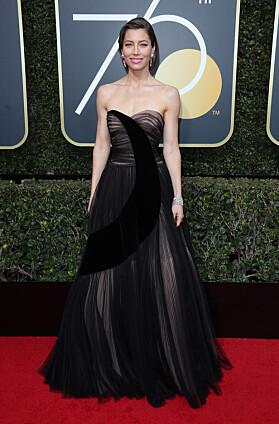 STRÅLTE: Under årets Golden Globe-utdeling dukket Biel opp i denne svarte kreasjonen. Foto: NTB scanpix