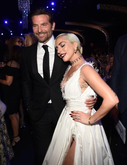 NÆRE VENNER: Bradley Cooper og Lady Gaga har funnet tonen også privat etter at de spilte mot hverandre i «A star is born». Her er de avbildet på SAG Awards nylig. Foto: NTB scanpix