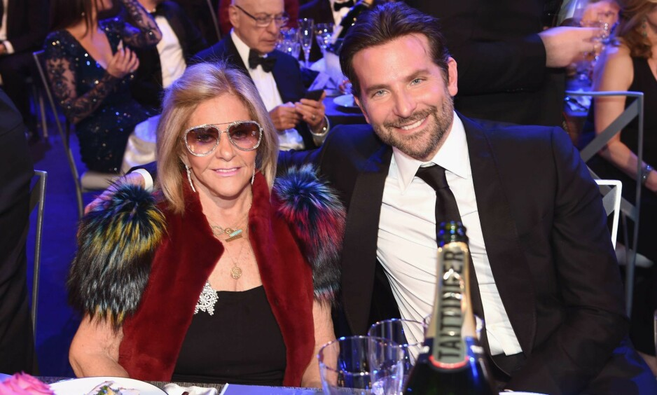 DATE: Bradley Cooper (44) tok med seg moren sin Gloria Campano som date under helgens SAG Awards. Foto: NTB Scanpix