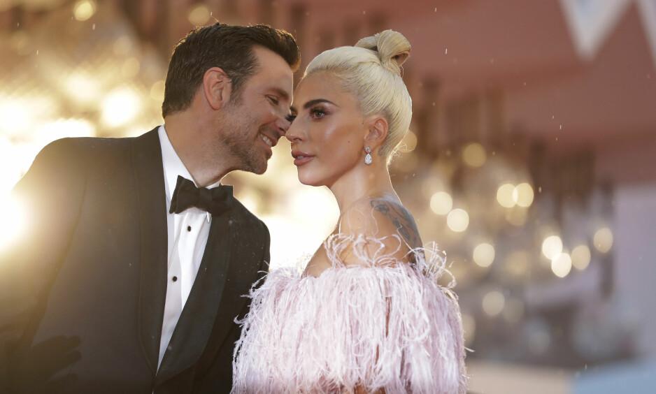 NÆRT FORHOLD: Lady Gaga og Bradley Cooper har begge gitt uttrykk for at de fikk et nært bånd gjennom samarbeidet i «A Star is Born». Nå svirrer imidlertid spekulasjoner på om duoen er mer enn bare venner. Foto: NTB Scanpix