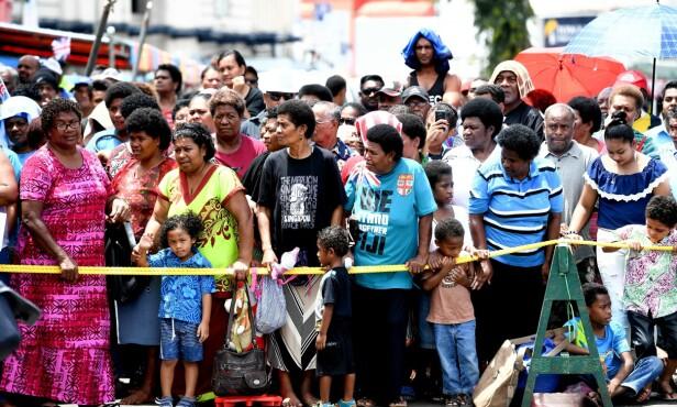 STOR FOLKEMENGDE: Mange i lokalbefolkningen dukket opp for å få et glimt av hertuginnen under et besøk til Fiji. Foto: NTB Scanpix