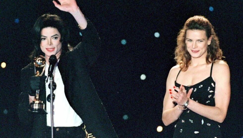 <strong>OMSTRIDT DOKUMENTAR:</strong> Michael Jacksons etterlatte raser mot dokumentaren «Leaving Neverland». Her er popkongen avbildet på scenen i Monte Carlo i 1996, etter å ha mottatt en pris fra Stephanie av Monaco. Foto: Reuters/ NTB scanpix