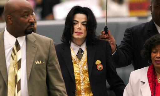 <strong>PÅ VEI TIL RETTEN:</strong> Michael Jackson ankommer retten i Santa Barbara i mai 2005, i forbindelse med en av overgrepssakene mot ham. Foto: AP/ NTB scanpix