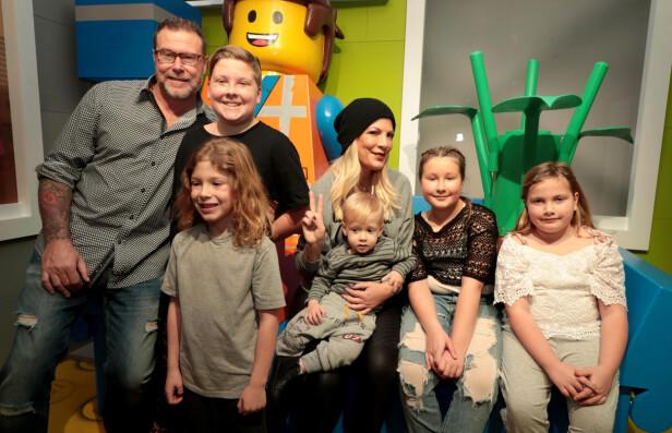 <strong>STOR FAMILIE:</strong> Tori Spelling og ektemannen Dean McDermott har fem barn sammen. Dean på sin side har også en sønn fra et tidligere forhold. Foto: NTB Scanpix