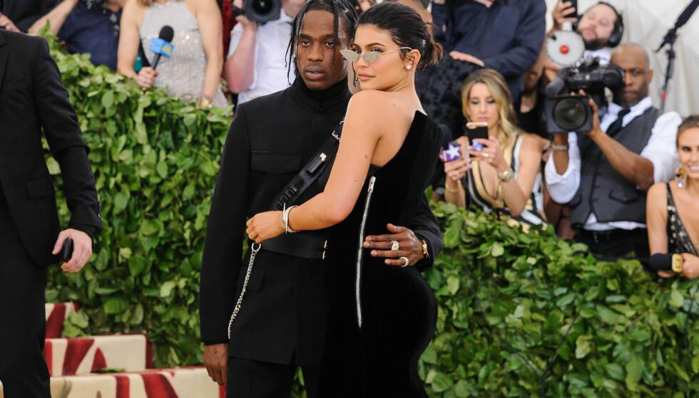 <strong>PÅ RØD LØPER:</strong> Kylie Jenner og Travis Scott er er av Hollywoods mektigste par. Her er de sammen på Met-gallaen i fjor sommer. Foto: NTB Scanpix