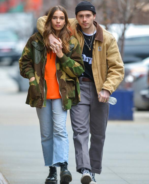 <strong>HÅND I HÅND:</strong> Brooklyn tvilholdt på sin kjære Hana mens de spaserte rundt i New Yorks gater i slutten av januar. Foto: NTB scanpix