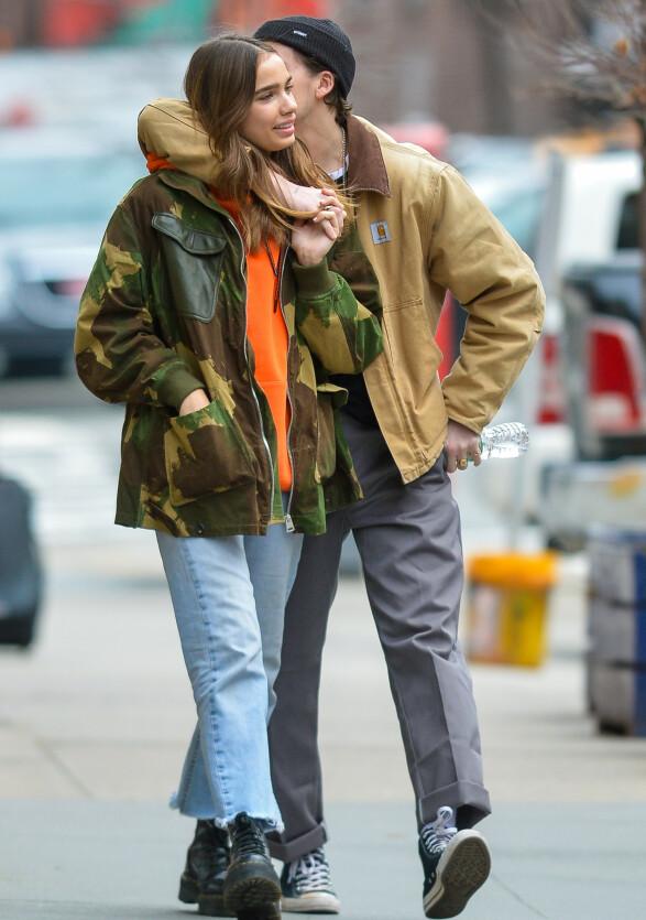 <strong>TOO MUCH?:</strong> Hana ble tilsynelatende overstrådd med små kyss - eller kjærlige ord - fra Brooklyn under spaserturen deres. Foto: NTB scanpix