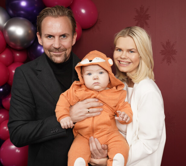FAMILIEIDYLL: Ulrik og Julianne har i flere sesonger medvirket i «Bloggerne» på TV 2. Her sammen med lille Severin under finalefesten til forrige sesong nylig. Foto: Espen Solli / TV 2