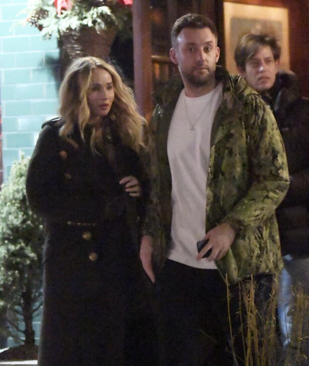 AVSLØRT: Jennifer Lawrence og Cooke Maroney avbildet utenfor restauranten i New York der de skal ha blitt tatt på fersken med ringen. Foto: NTB Scanpix