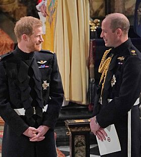 TETTE BÅND: Da Harry giftet seg med Meghan hadde han William som forlover. Foto: NTB Scanpix