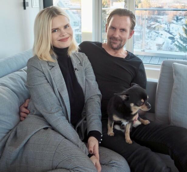 LYKKELIGE: Julianne og Ulrik stortrives i huset sitt på Vollen utenfor Oslo. Her sammen med hunden Ramp, mens lille Severin tok en liten blund. Foto: Henriette Eilertsen