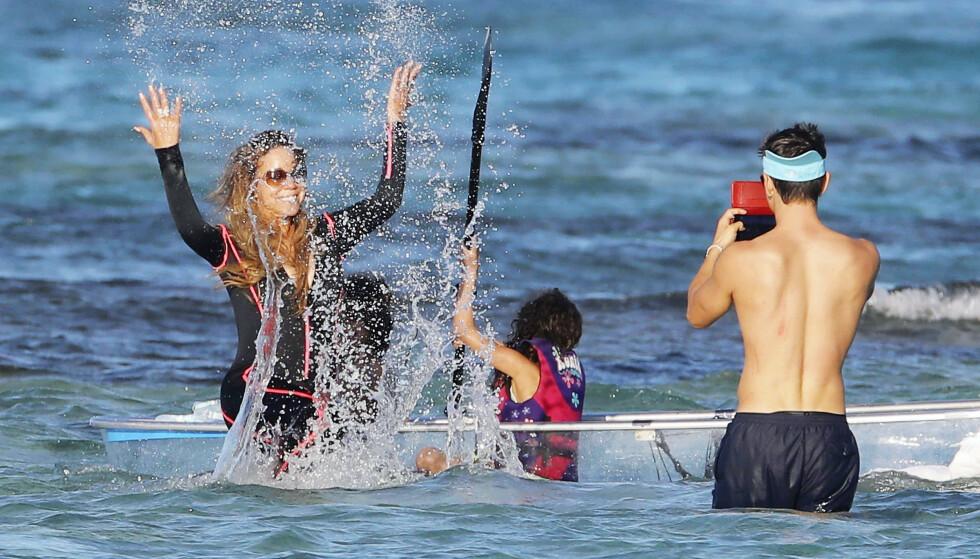 KNIPSET LØS: Bryan knipset i vei mens Monroe og mamma Mariah sprutet vann. Foto: NTB Scanpix