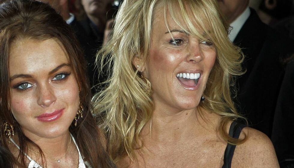 <strong>NY KJÆRESTE:</strong> Dina Lohan (56) innrømmer at hun er forelsket i en mann hun aldri har møtt, kun snakket sammen via telefon. Her med datteren Lindsay Lohan i 2006. Foto: AP/ NTB Scanpix