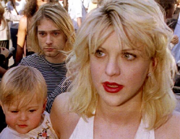 <strong>FAMILIE:</strong> Frances Bean Cobain avbildet på armen til mora Courtney Love bare kort tid før Kurt Cobain (bak) tok sitt eget liv. Foto: NTB Scanpix