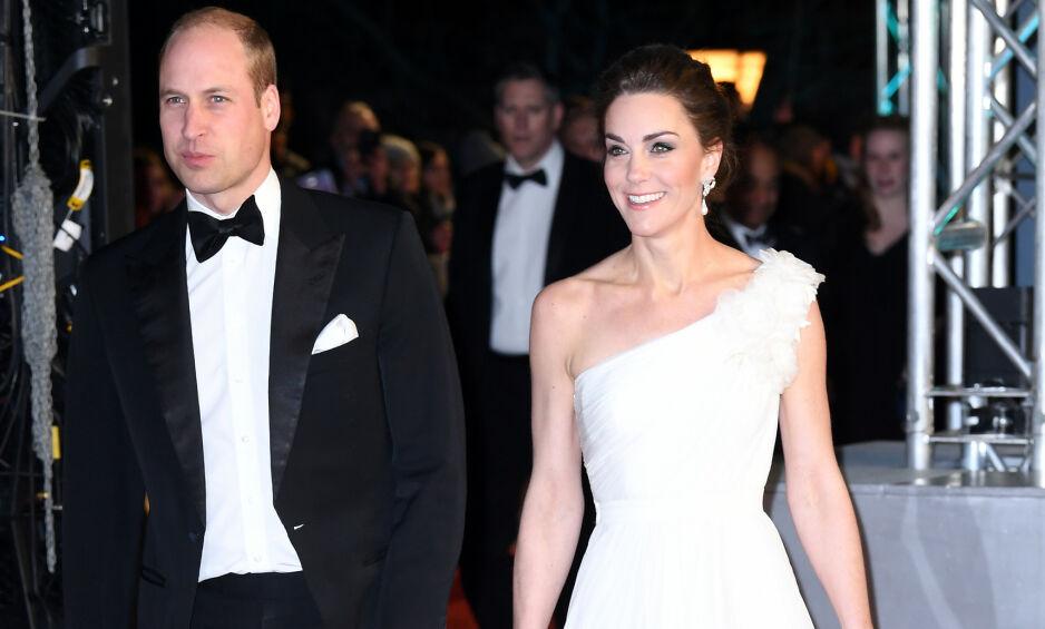 STRÅLTE: Prins William og hertuginne Kate deltok søndag på den tradisjonelle BAFTA-utdelingen. Sistnevnte vakte spesielt oppsikt grunnet en detalj ved antrekket. Foto: NTB Scanpix