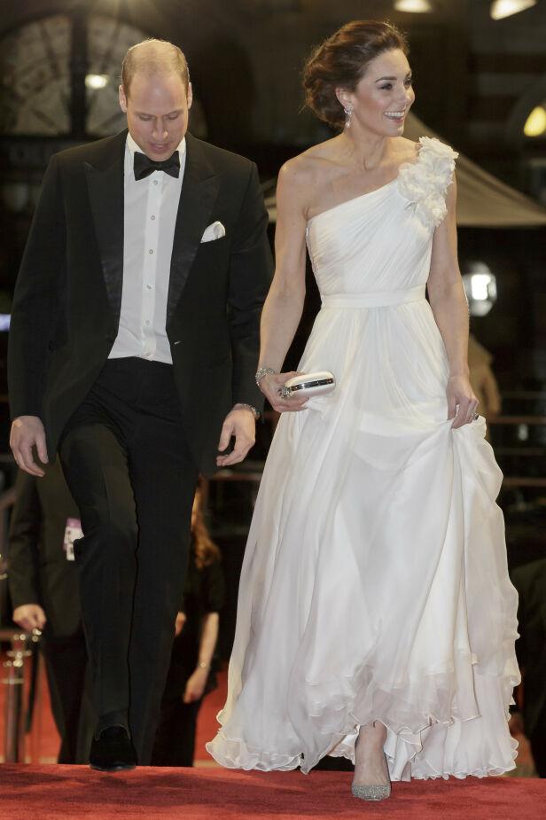 - VAKKER: Hertuginne Kate og prins William avbildet på den røde løperen i forkant av utdelingen. Foto: NTB Scanpix