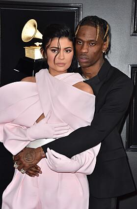 <strong>KOM MED KJÆRESTEN:</strong> Kylie Jenner og Travis Scott under Grammy-utdelingen natt til mandag. Foto: NTB Scanpix