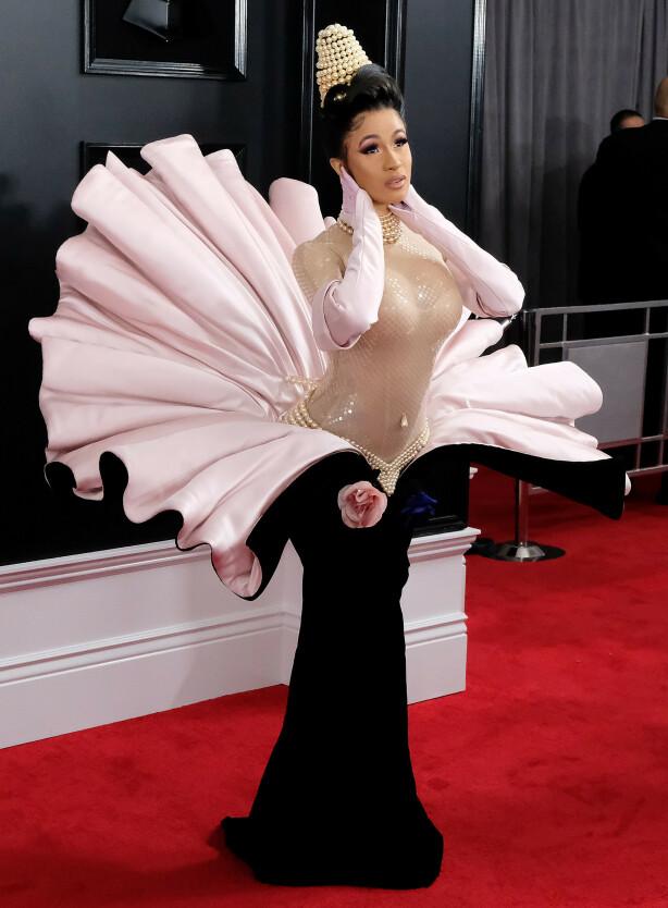 <strong>TEGNESERIE:</strong> Kritikerne mener Cardi Bs kjole minner om en Disney-figur. Foto: NTB Scanpix