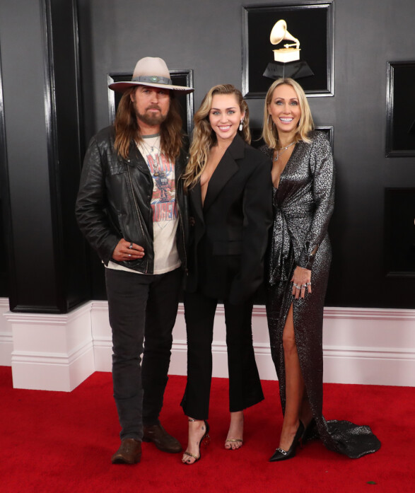 <strong>MED FAMILIEN:</strong> Miley Cyrus kom sammen med pappa, Billy Ray Cyrus, og mamma, Tish Cyrus. Foto: NTB Scanpix