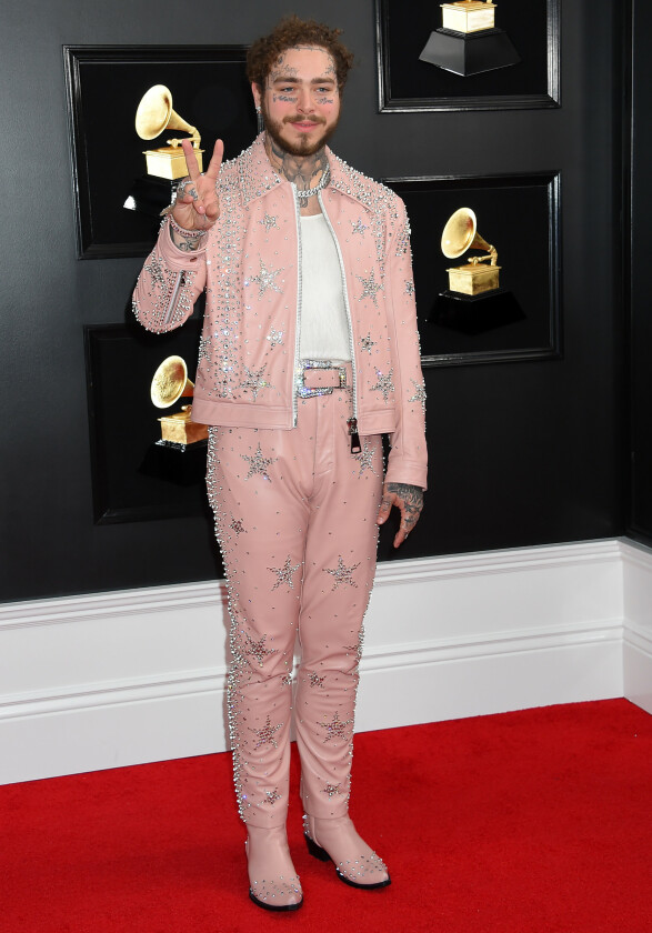 <strong>WESTERN:</strong> Post Malone stilte i et rosa skinnantrekk med glitrende steiner. Foto: NTB scanpix