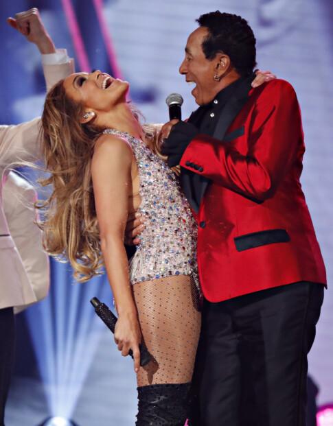 STØTTER J.LO: Motown-legenden Smokey Robinson (t.h.), som stod på scenen sammen med Jennifer på Grammy Awards. Foto: Reuters/ NTB scanpix