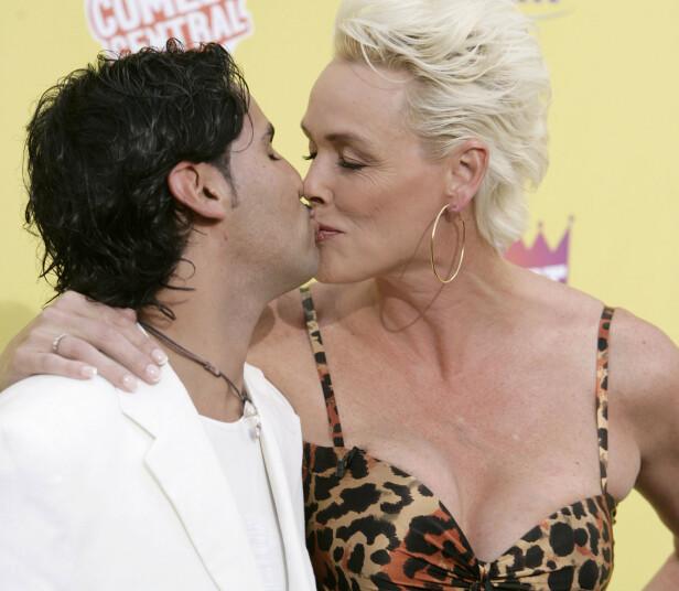 FORELSKA: Brigitte og Mattia er ikke redde for å vise sine følelser for hverandre. Som her på den røde løperen i 2007. Foto: NTB Scanpix