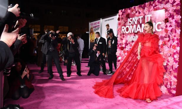 <strong>STEPPET INN:</strong> Da Liam ikke kunne delta på mandagens premiere, dro Miley for ham. Her poserer hun for fotografene i en vakker kjole fra Valentino. Foto: NTB Scanpix