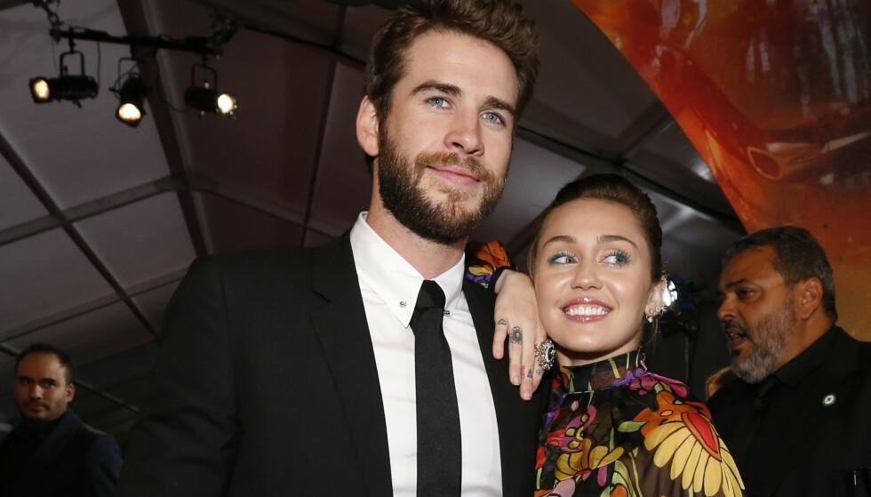 <strong>EKTEPAR:</strong> Ti år etter at de møttes for første gang, ble Miley og Liam erklært rette ektefolk i julen. Her avbildet i 2017. Foto: NTB Scanpix