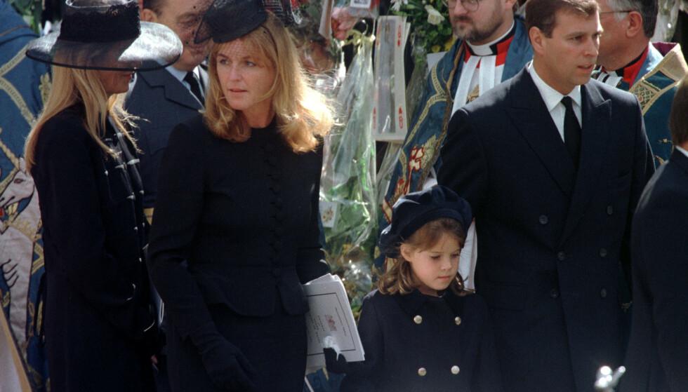 <strong>TOK FARVEL:</strong> Sarah Ferguson sammen med prinsesse Eugenie og prins Andrew under Dianas begravelse i 1997. Foto: NTB scanpix
