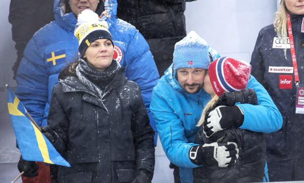KJÆRLIG: Her gir Mette-Marit et kyss på kinnet til kronprins Haakon i vinterkulda. Foto: Andreas Fadum/Se og Hør