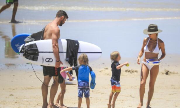 <strong>FAMILIEIDYLL:</strong> Chris Hemsworth og kona Elsa tok seg en velfortjent fridag sammen med de tre barna sine på stranden i Byron Bay. Her er familien på fem avbildet i desember. Foto: NTB Scanpix