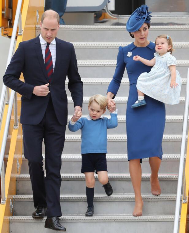 <strong>FAMILIE PÅ TUR:</strong> Her er hertugparet på vei ut av et fly med barna George (5) og Charlotte (3). Foto: NTB Scanpix