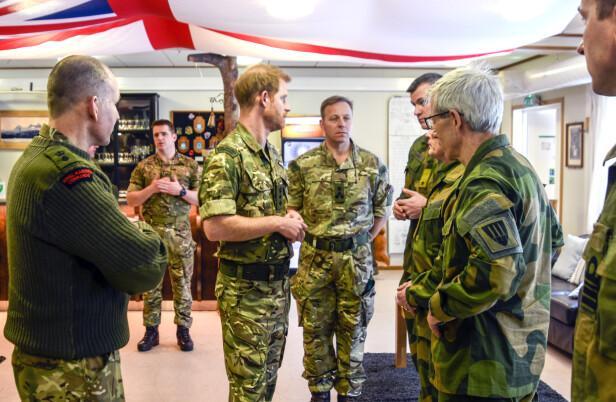 PLANLEGGER: Prins Harry sammen med norske og britiske militære. Foto: Rune Stoltz Bertinussen / NTB scanpix