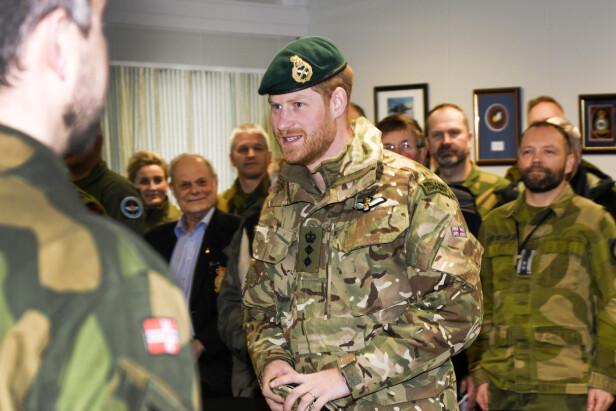 SPENT: Prins Harry ser svært spent ut i møte med norske militære. Foto: Rune Stoltz Bertinussen / NTB scanpix