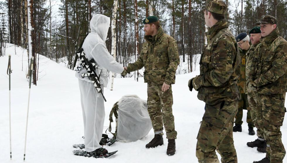 MANGE Å HILSE PÅ: Prins Harry tok også turen ut for å hilse på Royal Marines ute i felt. Foto: Rune Stoltz Bertinussen / NTB scanpix