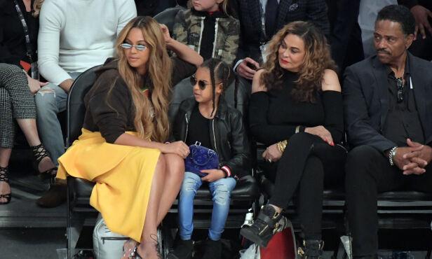 SAMLET: Her er Beyonce avbildet sammen med datteren Blue Ivy og moren Tina i fjor under NBA All Star Game i Staples Center. Foto: NTB scanpix