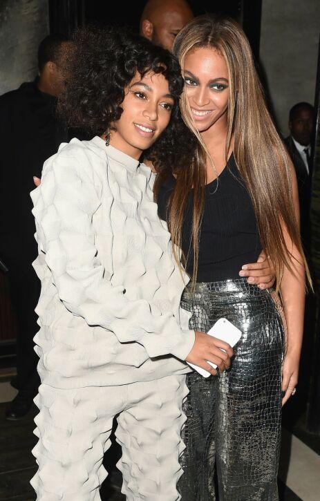 SØSTRE: Tina Knowles er veldig stolt av døtrene Solange og Beyoncé. Her er de to sistnevnte avbildet i 2016. Foto: NTB Scanpix