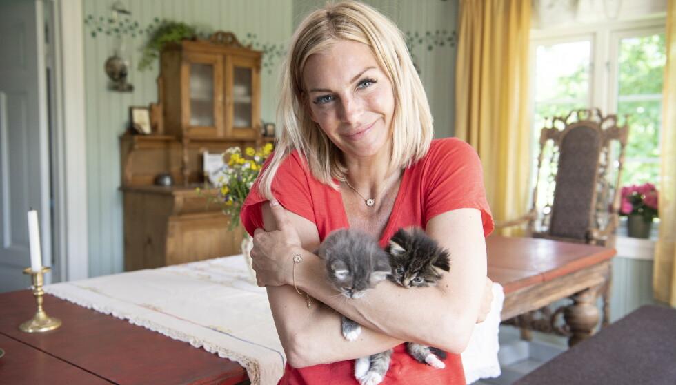 DYREKJÆR: Kathrine Sørland avbildet sammen med to kattunger under innspillingen av «Farmen kjendis» i fjor sommer. Foto: Lars Eivind Bones / Dagbladet