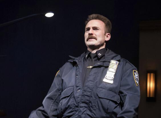 SPESIELL LOOK: Chris Evans på scenen som bartefin politimann i «Lobby Hero» på Broadway i New York i mars 2018. Foto: AP/ NTB scanpix