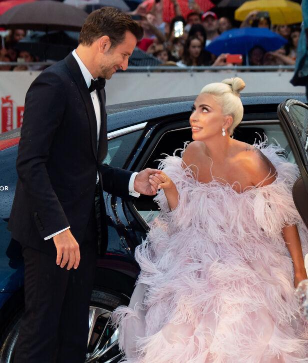 EN HJELPENDE HÅND: Bradley Cooper og Lady Gaga har deltatt på en rekke filmpremierer og prisutdelinger de siste månedene i forbindelse med filmutgivelsen. Her avbildet under filmfestivalen i Venezia. Foto: NTB Scanpix