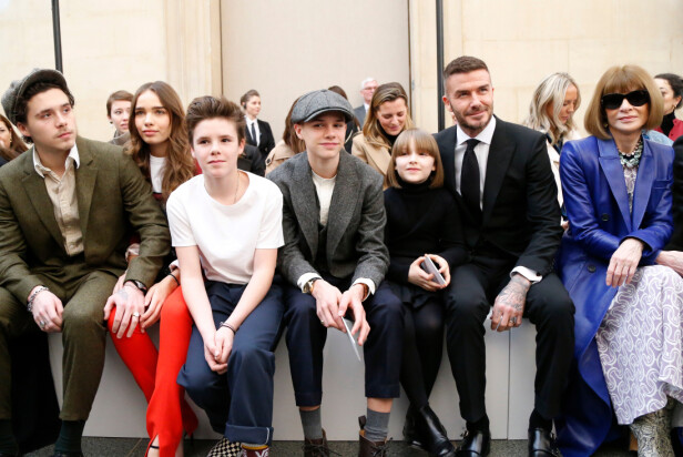 SAMLET: Hele familien Beckham stilte opp for mamma Victoria på motevisningen hennes under London Fashion Week. Foto: NTB Scanpix